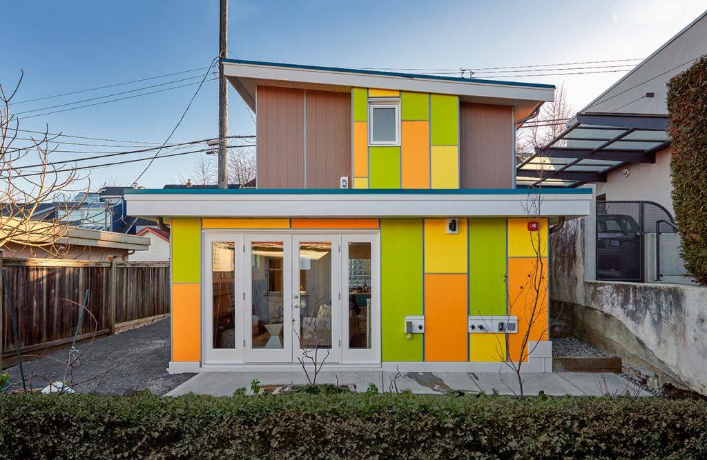 dom z kolorową elewacją_1